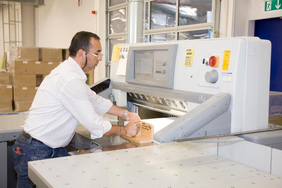 Papierschneidemaschine in Druckerei