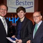 Jahrgangsbester Medientechnologe Druck in 2014: Jonas Schlüter (mitte) mit dem Geschäftsführer Aus- und Weiterbildung der IHK Köln Gregor Berghausen (links) und IHK-Vizepräsident Theodor J. Greif (rechts)
