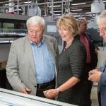 Günter Mazur, Roswitha Stock und Jürgen Roters am Kontrollpult einer Druckmaschine (v.l.n.r.)