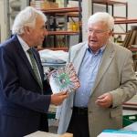Jürgen Roters und Günter Mazur im Austausch über die Produktion von Hardcover-Büchern (v.l.n.r.)