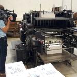 Nahaufnahme einer alten Druckmaschine beim Stanzen