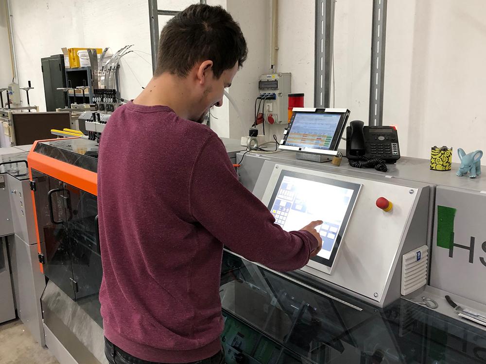 Ausbildung am Sammelhefter in Druckerei
