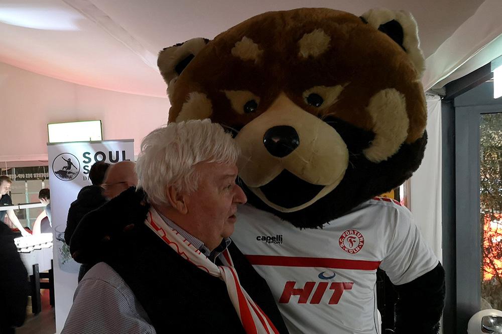 Geschäftsführer Günter Mazur mit Fortuna Maskottchen Fred